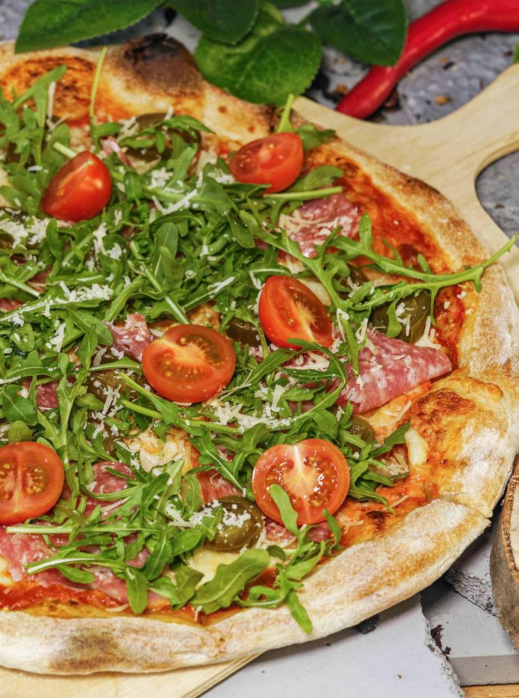 Pizza Calabra z pomidorkami i rukolą